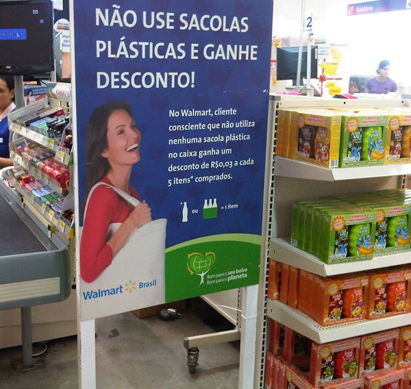 I love how my local Walmart clerks ask me if I need a bag, pack efficiently when I do take a plastic bag, and helpfully fill my reusable shopping bags. This eco-efficient Walmart store in Brazil takes it even further, with an express checkout for those using cloth bags!  #WalmartGreen