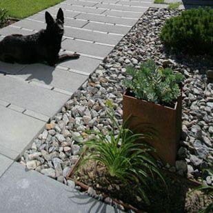 Wauw  — nicht nur dem Hund gefällt der Pflasterstein LONG-LINE von braun-steine
