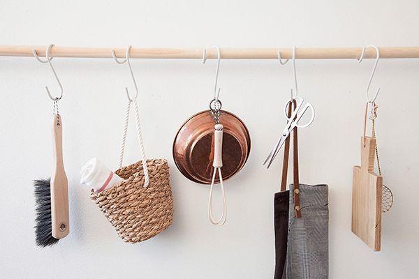 The Q Hook. Este hermoso diseño del estudio Afteroom, es perfecto para que cuelgues elementos esenciales como repasadores, la tabla de picar, algún batidor de mano y la tijera de cocina. Lo interesante, es que puedes ubicarlo contra las paredes, ahorrándote así preciado espacio, sin resignar estilo. - Foto: facebook.com/AfteroomAB