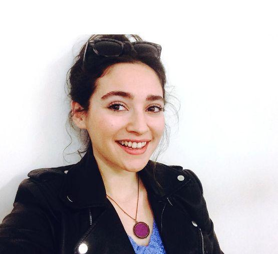 """Fox TV dizisi """"Kalbimdeki Deniz"""" de rol alan ve bu dizide Figen karakterini canlandıran Nazlı Pınar Kaya, bu dizide Özge Özberk, Kutsi, Yeşim Ceren Bozoğlu gibi isimlerle birlikte çalışmaktadır."""