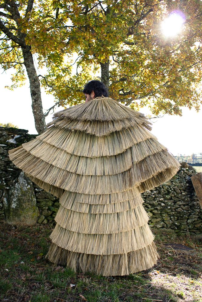 traditional reed capes used to protect from the rain. In the photos, Duarte is wearing only the cape, without the redd hat or leggings. Very shortly, the reed is braided in transversal lines from which both internal and external layers will be created. On the inside, the reed will form a continuous lining. On the outside the reed will be cut and layed in layers to assure the cape's