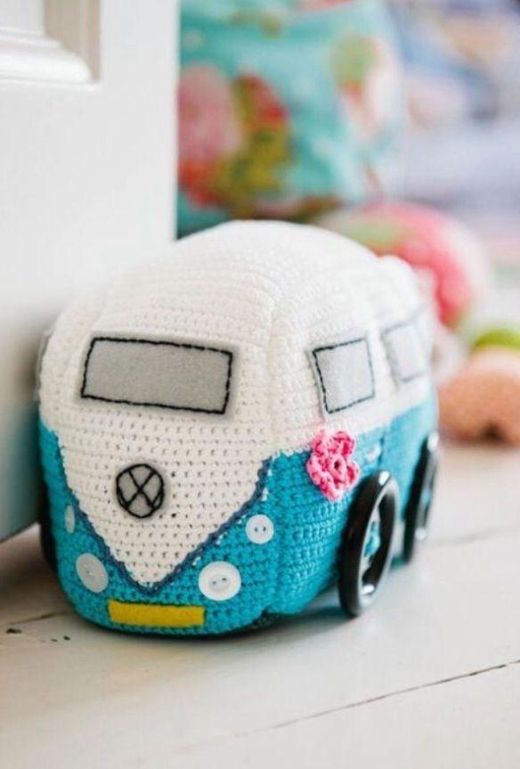 Super Cute! Un cale-porte combi volkswagen crocheté selon la technique de l'amigurumi.