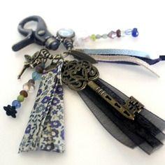 Bijou de sac vintage avec biais liberty gris bleu, ruban, breloque clé, fleurs -gri gri et froufrou