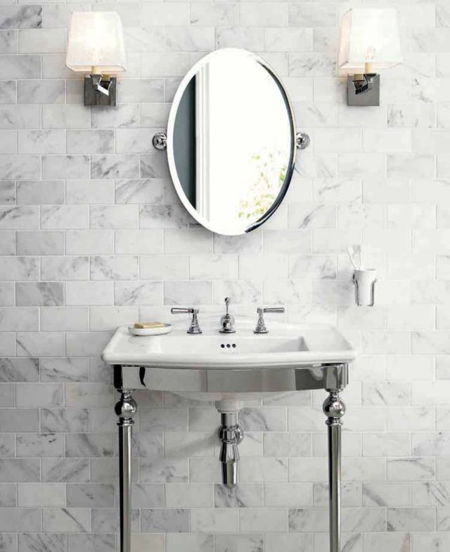 Unique carrelage marbré blanc et gris pour une salle de bains luxueuse