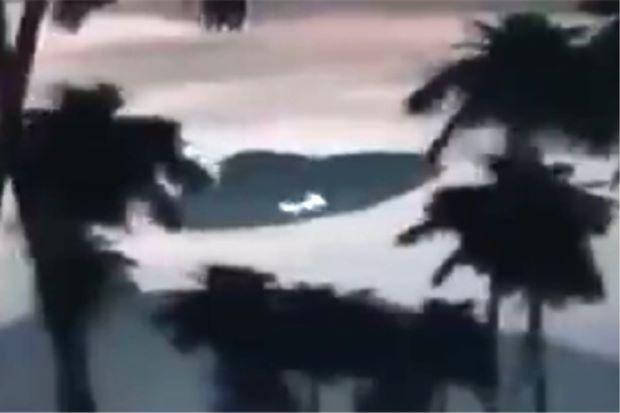 Video UFO di Kuala Krai berlegar-legar polis nafikan   Polis pada Khamis menafikan kononnya terdapat objek terbang yang tidak dikenali UFO di Kuala Krai berlegar-legar di ruang angkasa sepertimana diviralkan menerusi media sosial.  Polis Nafi Viral UFO di Kuala Krai Berlegar  Polis Nafi Viral UFO di Kuala Krai Berlegar  Ketua Polis Daerah Kuala Krai Supt Abdullah Roning berkata pihaknya tidak menerima sebarang laporan daripada penduduk kawasan berkenaan berhubung kejadian tersebut.  Video…