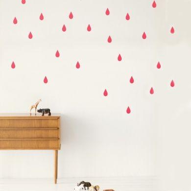 Darle un aire diferente a la habitación de los niños es posible con estas pegatinas en forma de gotas. Cada paquete consta de 44 gotas en color rosa neon. Es un producto diseñado en Dinamarca por Ferm Living y producido en Portugal.