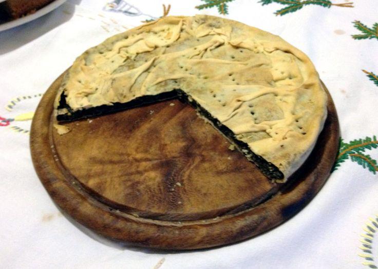 ERBAZZONE - Una golosa specialità di Reggio Emilia ricca di ingredienti nutrienti e sostanziosi in grado di appagare i palati più raffinati. L'erbazzone, (italianizzato in scarpazzone), è una prelibata torta salata composta da un fondo di pasta (detta Fuiada), ripieno per due centimetri con un impasto di bietole lesse (a volte unite con spinaci lesse), uovo, scalogno, cipolla, aglio e una buona dose di Parmigiano-Reggiano e, come i piatti tipici più o meno rinomati, può presentare variazioni…