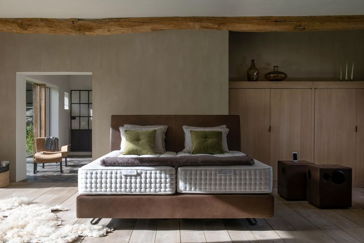 Boxspringbett in Leder mit schwebender Optik #custommade  #boxspringbetten #hotelbetten #schlafzimmer #bedroominspiration #rosa #goodnight #koeln #inneneinrichtung #style #luxurybedroom #modernhome