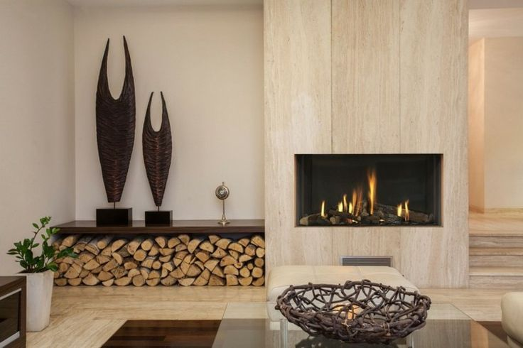 Chimenea revestida de paneles de madera junto a banco y estante, que deja por debajo lugar para la leña. MVC arquitecta