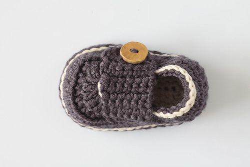 zapatitos croc a crochet patron gratis   Además en su tienda online podéis encontrar pantaloncitos, chaquetas ...