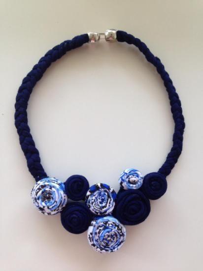 collar de trapillo tipo babero con flores  trapillo de algodón,cierre zamac artesanía todo a mano