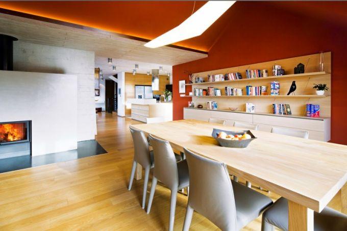 V jídelně dominuje na míru zhotovený stůl (120 x 200 cm) z dubového masivu s osmi koženými židlemi Vol Au Vent (B & B Italia). Nad ním je svítidlo Mouette asymmetric (Artemide)