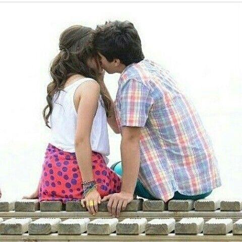 Simon y Luna beso