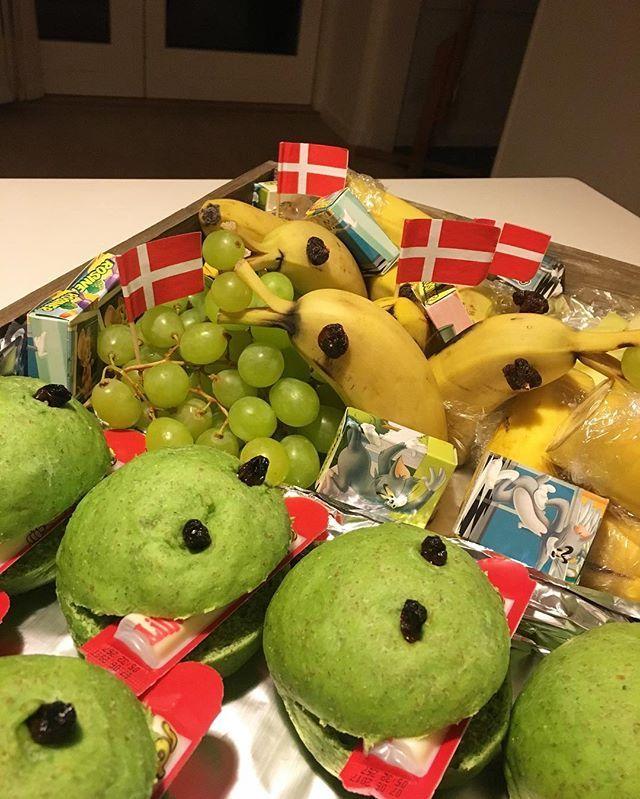 WEBSTA @ simonehenning - I dag skal Nohr fejres i vuggestuen 🇩🇰 Derfor har jeg lavet Kaj boller 🙆 og frugt med delfiner 👶🏼 Så jeg har været kreativ fra morgenstunden 👏🏻