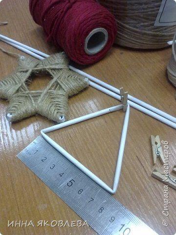Хочу напомнить стародавний способ изготовления звездочек путем обматывания.  Нам понадобится: -веревка (можно джутовая) -бумажные трубочки -клей -бусинки для украшения фото 2