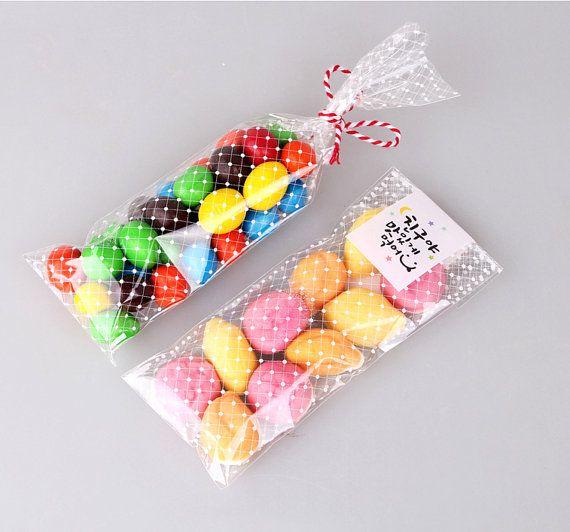 20pcs del estrecho polka cookie puntos / bolsas con amor que imprimió del caramelo. Parte delantera es transparente y es blanco. 2 tamaños disponibles.  Tamaño W x L / /  Para 1 barra Aprox. 1,6 x 11 en Aprox. 4 cm x 28 cm  Para 2 barras Aprox. 2,4 x 11 en Aprox. 6 cm x 28 cm  Cantidad / / 20pcs de mismo tamaño bolsos de lunares  Nota / / Estamos enviando sólo bolsas. Dulces, lazos, hilos, pegatinas, galletas y otros accesorios no están incluidos.  Envío &#x...