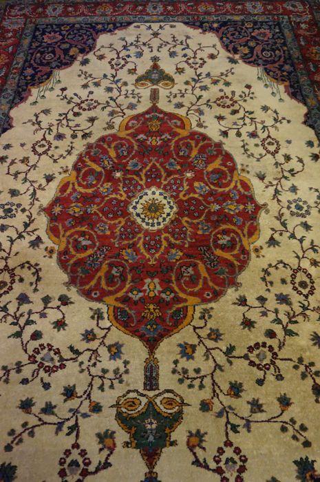 L'offre est un tapis persan oriental noués à la main. Ces tapis sont fabriqués dans les régions de nouage renommées.    S'il vous plaît regardez le tapis avec patience et attention. Chacun à la main tapis est unique dans sa conception, la beauté et l'harmonie de couleur et n'est donc une œuvre d'art en soi.  Province: Tabriz Made in Turquie Highland laine vers 1950 Le tapis a les dimensions 190 x 310 cm Numéro de l'enchère 2465 Avec certificat d'authenticité  Le tapis est en bon état…