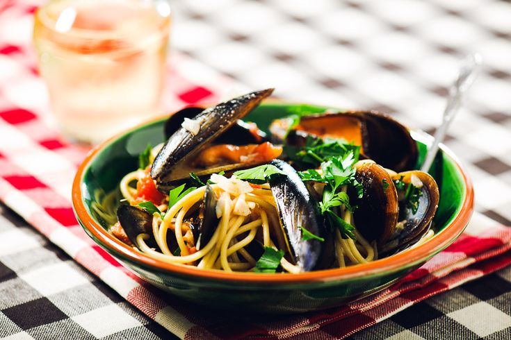 Spaghetti with mussels. Quick dinner.