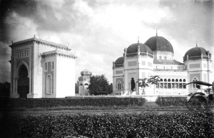 1929_The Grand Mosque in Medan, designed by architect 'Dingemans', was built in 1906.