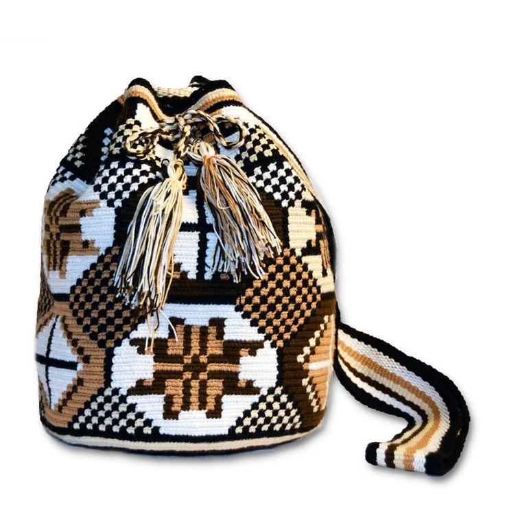 Ref. Bolso Wayúu Tradicional Marrón // Colores: Multicolor // Base: diseños geométricos y simbología Wayuu // Tira: Tejido trenzado // Material: Hilo Sencillo