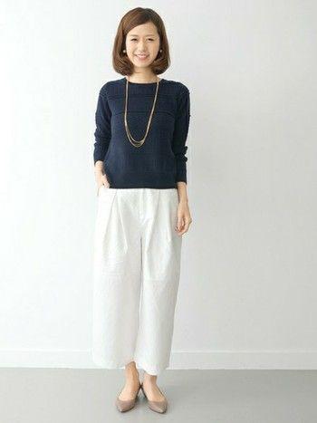 白いワイドパンツは爽やかさが際立ちます。紺色のトップスと合わせるときちんとした感じが出せて好印象ですね。