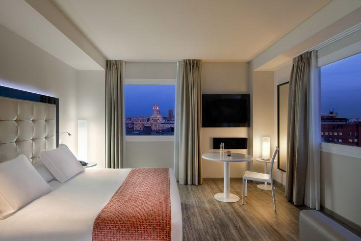 Porque para una #escapadadefindesemana buscas un #hotel con un #buendiseño y #cómodo. #experienciasunicas. Aquí os dejamos todo el #equipamientointerior #novedoso de una #habitación del  Hotel Meliá Innside Madrid Suecia. #iluminacion #tv #tecnología #buenasvistas