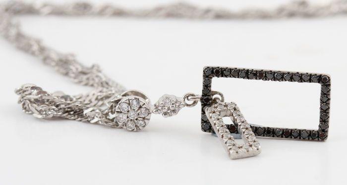 Sterling zilver zwarte en witte diamanten halsketting total 0.20 ct. -lengte 41.00cm -  geen minimumverkoopprijs   Sterling zilver zwarte en witte diamanten halsketting total 0.20 ct.Sterling Zilver gestempeld.Diamant-hanger versierd met talrijke briljant-cut black and white diamonds totale 0.20 ct.Kleur: Top Wesselton-Wesselton G-H en zwarte gemeenschappelijk warmtebehandeling.Duidelijkheid: SI1-SI2.Goed glans.Totaal gewicht: 2.90 gr.Lengte ketting: 41.00cm.Metingen hanger: 22 x 8 x 3…