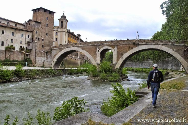 L'Isola Tiberina e il Lungotevere di #Roma. Quasi non si percepisce l'idea di trovarsi in pieno centro storico. Scendendo i gradini che si aprono ai lati dei ponti e sui marciapiedi sembra di calarsi in un altro mondo...   #viaggi #weekend