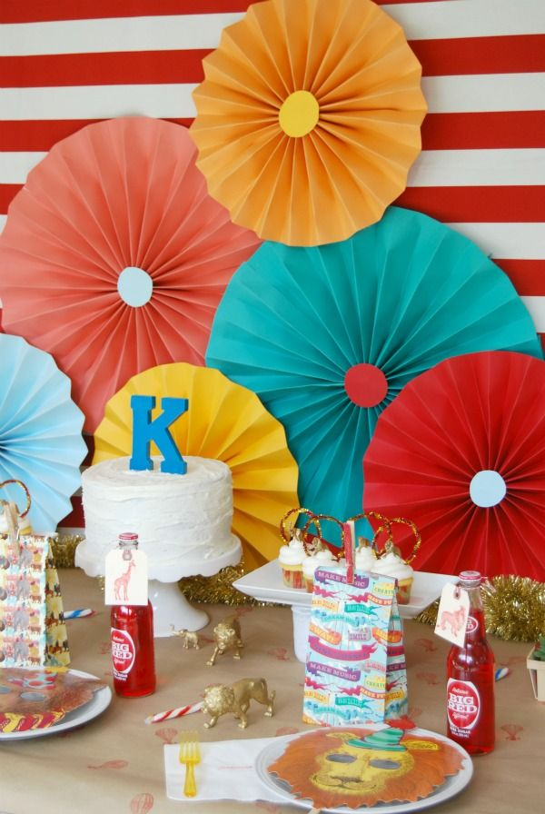 Tut Tuesday: How to throw a party using the Michael's dollar bins!! All you need is paper and staples. We could make these cheap!!!
