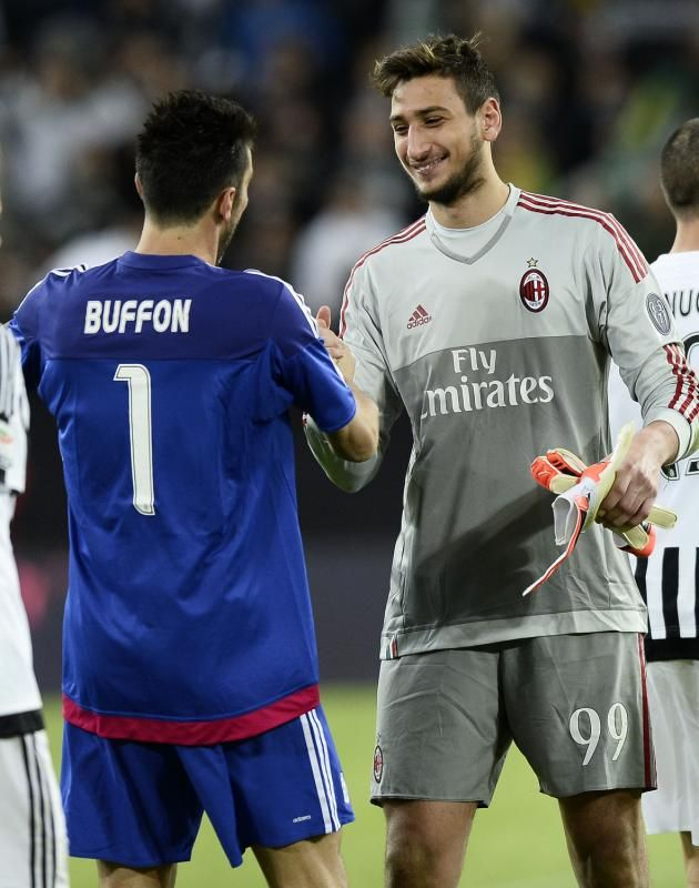 Italy's future, Gianluigi #Donnarumma aged 16, with the past and present, Gianluigi #Buffon aged 37. Epic.