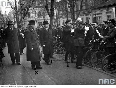 Chrzanów Starosta powiatowy Mieczysław Łęcki (trzeci z lewej) w towarzystwie posła Tadeusza Gduli (czwarty z lewej) i inspektora Straży Pożarnej Gołąba (piąty z lewej) odbierają pismo z życzeniami dla Józefa Piłsudskiego od sztafety kolarskiej Straży Pożarnej.