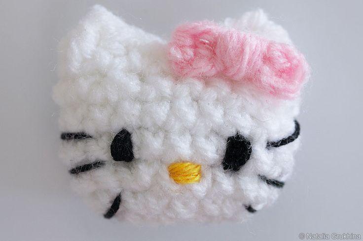 Вязанная Hello Kitty на магните