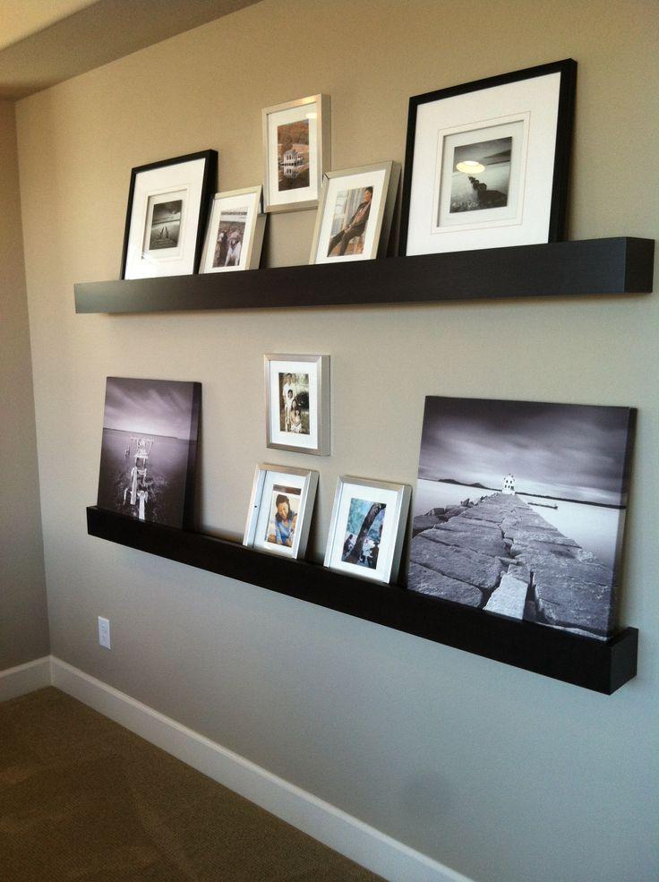 Voor een persoonlijke noot in je interieur 1 wand met foto 39 s in eenvoudige zwarte lijsten - Deco zwarte living ...