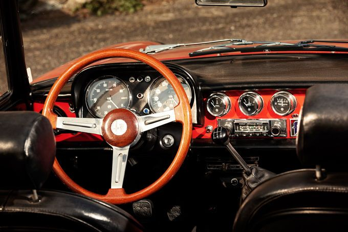 Ah.... miss that steering wheel....  Alfa Romeo Spider 1750 Veloce, cockpit