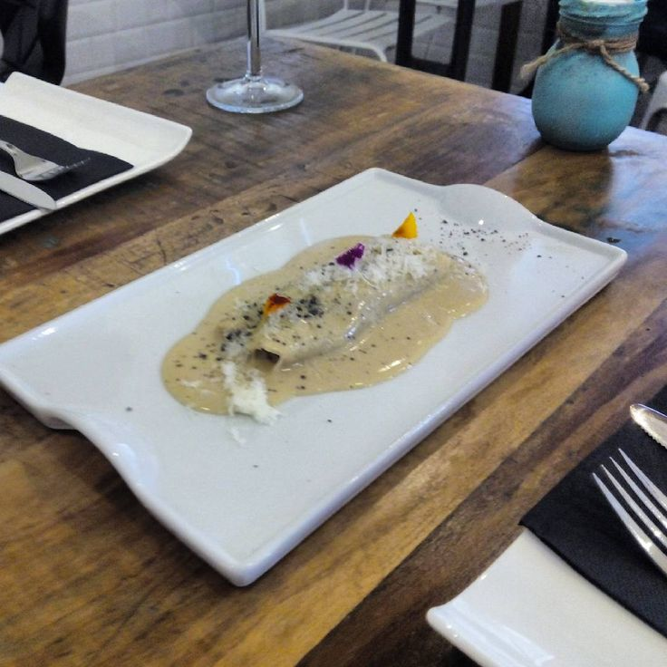 Canelón de ternera y ave con salsa de foie en Crudo, una taberna gastronómica de reciente apertura situada en la céntrica Calle Doctor Cerrada, que busca convertirse en un referente gastronómico de Zaragoza.