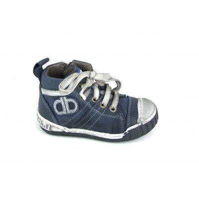 Stoere jongens boots van het merk Develab, model 5513! Deze veter schoenen zijn uitgevoerd in blauw glad leer met op de tong en de zijkant h...