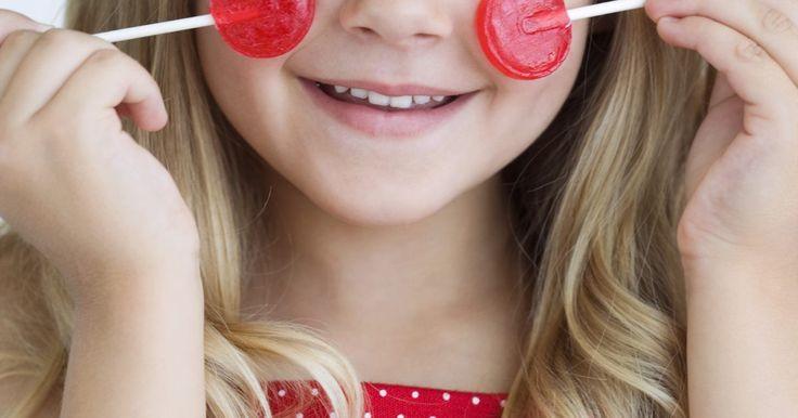 Cómo hacer paletas de caramelo transparente con forma de juguete. Todos los niños disfrutan de comerse una paleta. Un caramelo en un palito es algo divertido y dura más tiempo, lo que permite saborear los dulces. Hacer deliciosos dulces es un arte valioso. Crear dulces duros y transparentes es una forma económica de proveer de dulces a grandes grupos o para simplemente tener en la casa para regalar a familiares ...