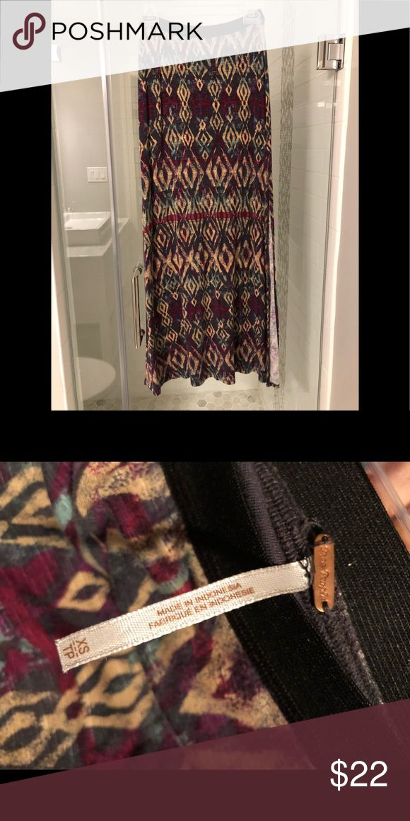 Free People tribal print maxi skirt Free People tribal maxi skirt. Size xsmall but fit size small too! Elastic waist. Lining to upper high. Side slit on left side when wearing mid thigh. Free People Skirts Maxi
