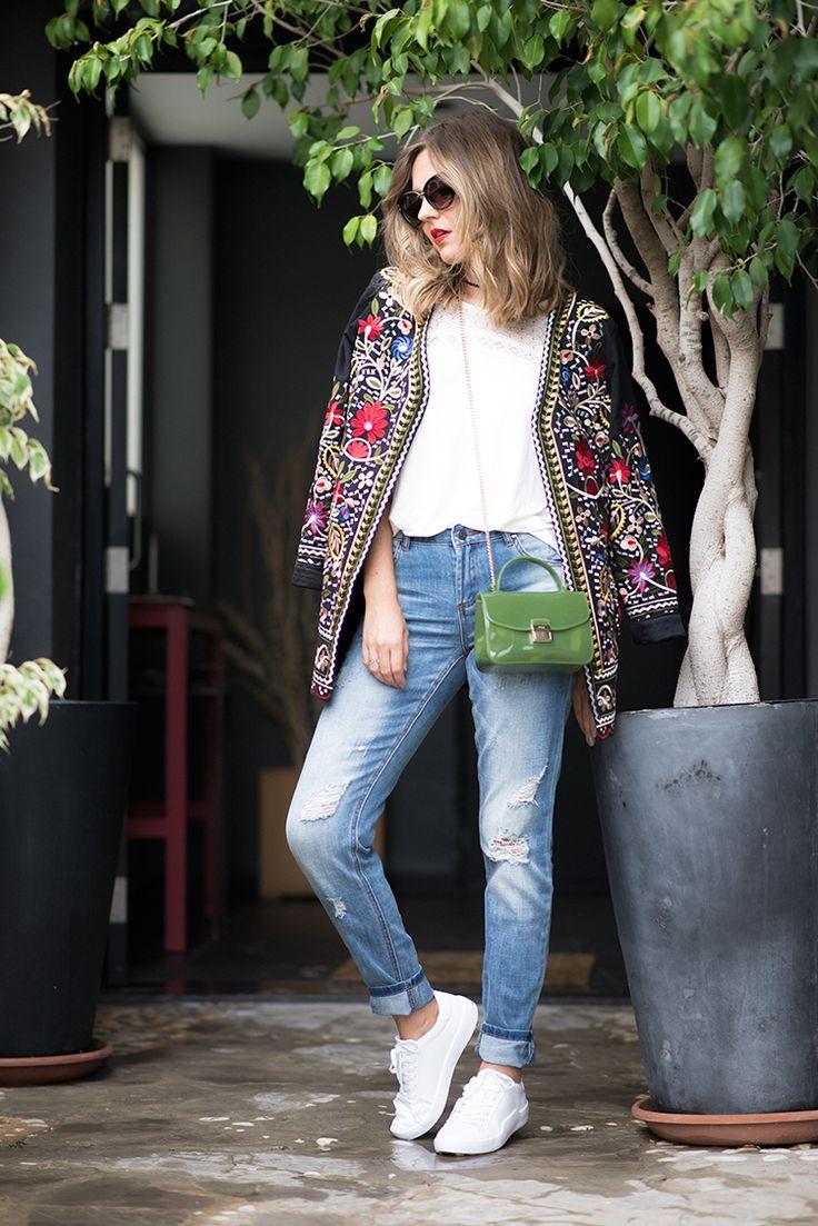 WHITE BLOUSE – Mi Aventura Con La Moda. White blouse+boyfriend jeans+white sneakers+black embroidered jacket+green crossbody+sunglasses+black choker. Fall Outfit 2016