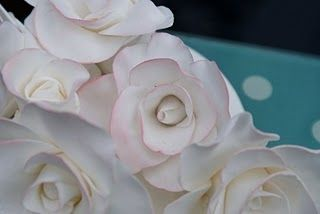 How to make Sugar Roses. Great explanation as I prepare to push my culinary skills. :)