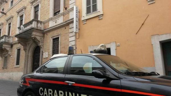 Furto nella notte a Terni | Ladri sfondano la porta principale di vetro