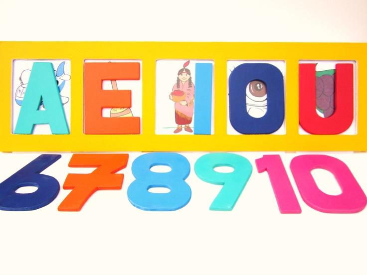 Propuesta Alfanumérica en madera MDF de 9mm. Formato de alfabeto en mayúsculas:13cms x 17cms. Minúsculas: 13cms x 9cms. Base troquelada con cinco divisiones. Incluye juego de imágenes para asociación de significado: imagen-texto; en impresión digital laminadas frente.