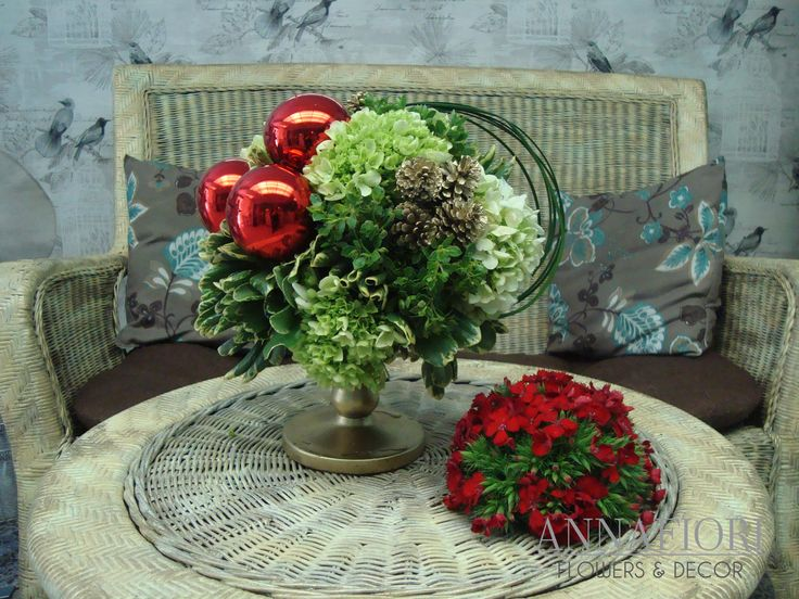 Arreglo Floral copa navideña con esferas rojas - Annafiori