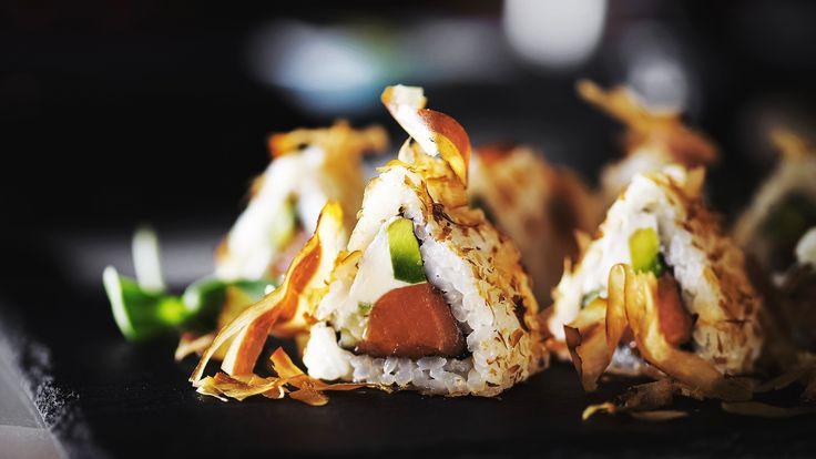 Копченый лосось с нежным сыром и стружкой тунца в ресторане Zodiac