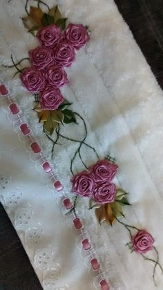 LOY HANDCRAFTS, TOWELS EMBROYDERED WITH SATIN RIBBON ROSES: TOALHA DE ROSTO DELICADAMENTE BORDADA COM FLORES D...