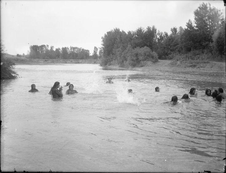 Купание. Большая группа индейских девушек в реке. Коллекция Richard Throssel. Дата: 1902-1933. Университет Вайоминга. American Heritage Center.
