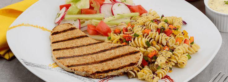 Filete de pollo asado con pasta corta y ensalada fresca
