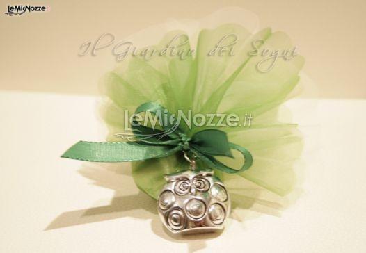 Un gufetto in argento come bomboniere per il matrimonio con decorazioni #verdi