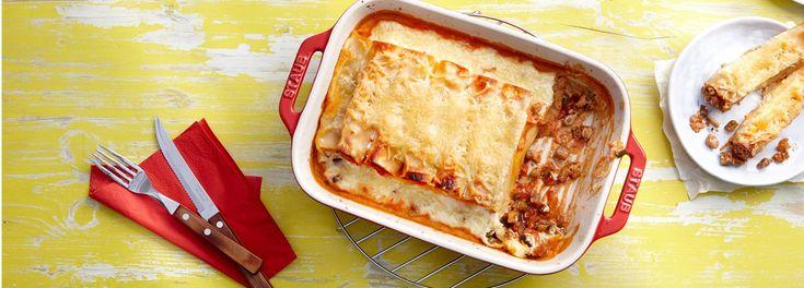 Ein Pasta-Traum ganz ohne Fleisch: Vegetarische Cannelloni mit Gemüsefüllung. Mit dem REWE Rezept einfach und schnell zuhause zaubern. »