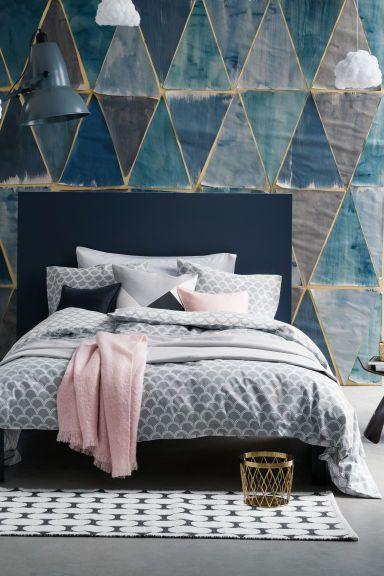 Conjunto de roupa de cama: Capa de edredão e uma fronha em algodão de fio fino estampado. A capa de edredão fecha em baixo com botões de pressão metálicos ocultos. Fio 30s. Número de fios: 144.